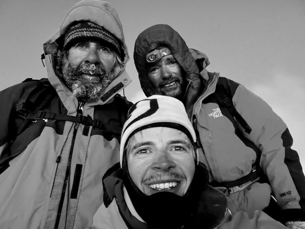 Es dauert noch bis zum Sonnenuntergang, bis ich schließlich den Gipfel erreiche. Wir machen ein Foto, und staunen kurz über die Aussicht, dann machen wir uns auf den Abstieg.